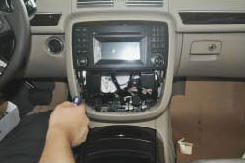2006-2014 Mercedes Benz R Class W251 head unit installation step 5